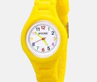 Otroška ura prikupnega videza s primerno velikima kazalcema